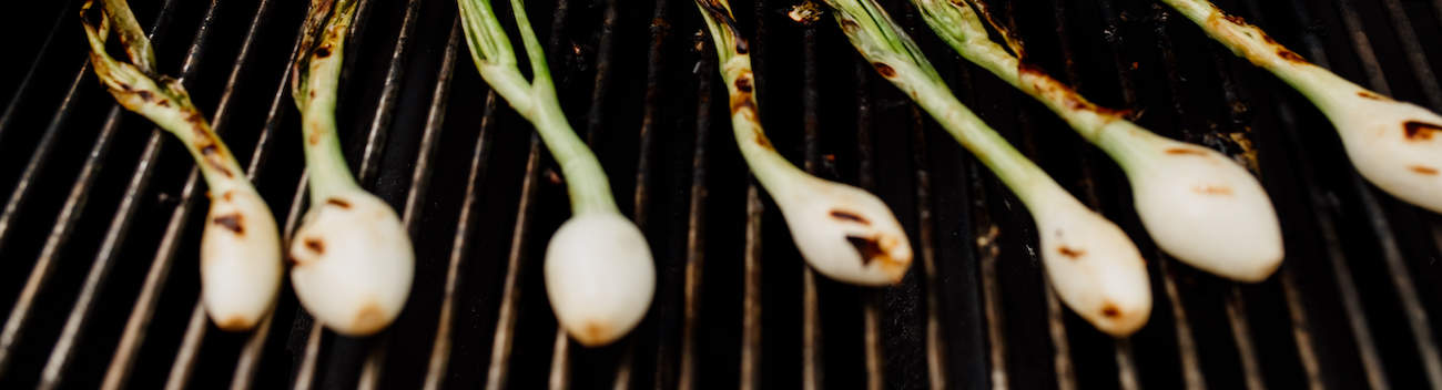 spring onions on the grill for making cebollitas asadas